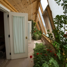earthship-indoor-greenhouse by flickr is licensed under a Creative Commons Attribution 4.0 International License.